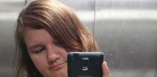 Ein hässliches Mädchen mit nasser Fotze.