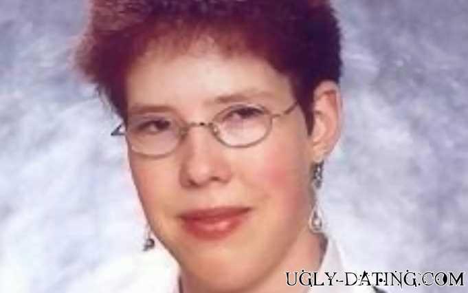 Lerne beim Ugly Dating eine verunstaltete Frau kennen